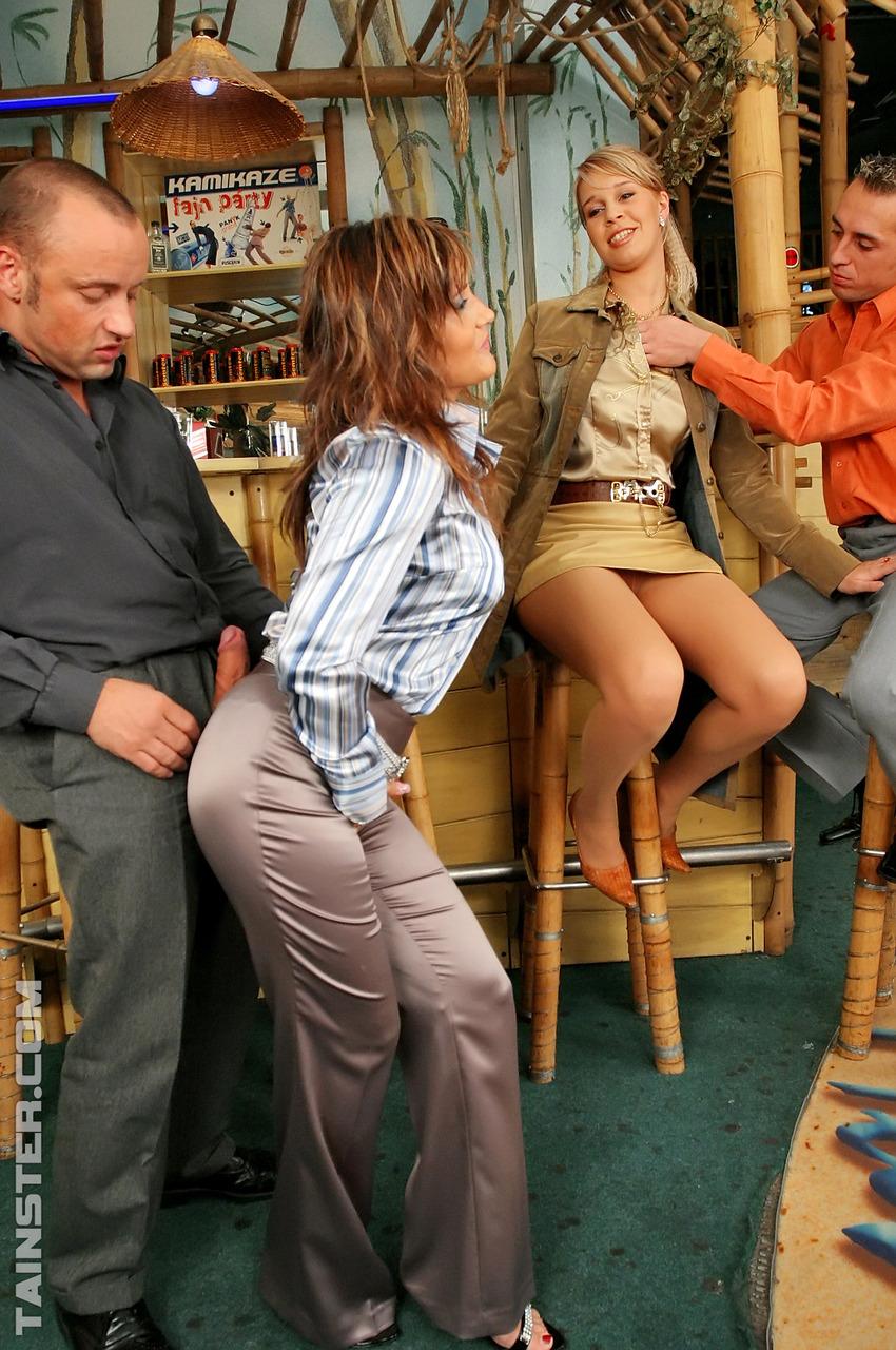 Два мужика затеяли секс с обоссыванием с двумя шлюхами в баре. Фото - 2
