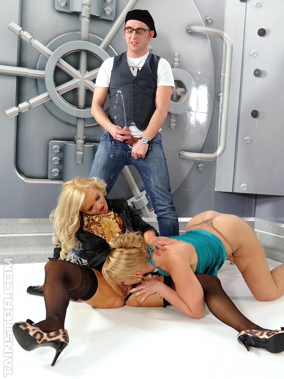 Фотограф затеял со шмонями около хранилища в банке. Фото - 5
