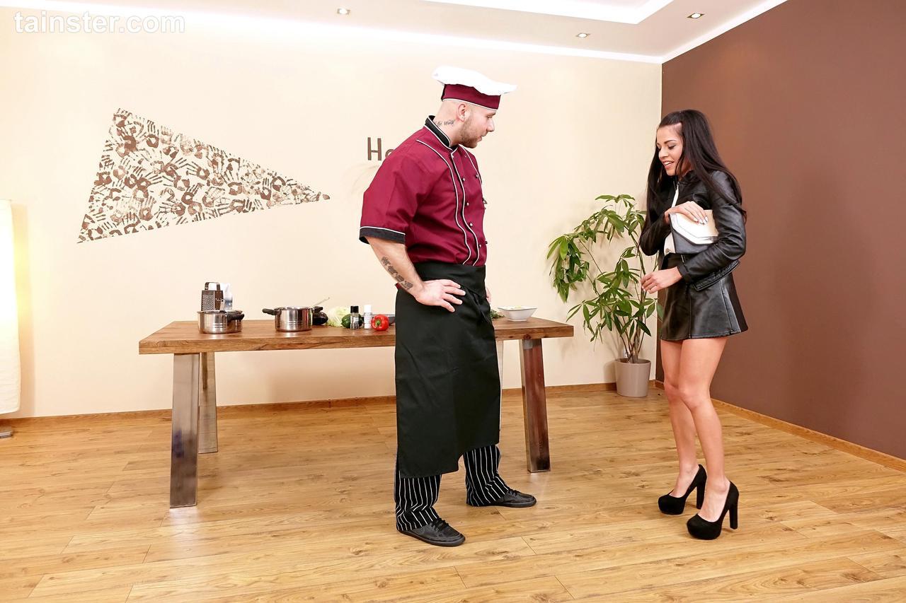 Повар обоссал и поимел сучку на кулинарном шоу. Фото - 2