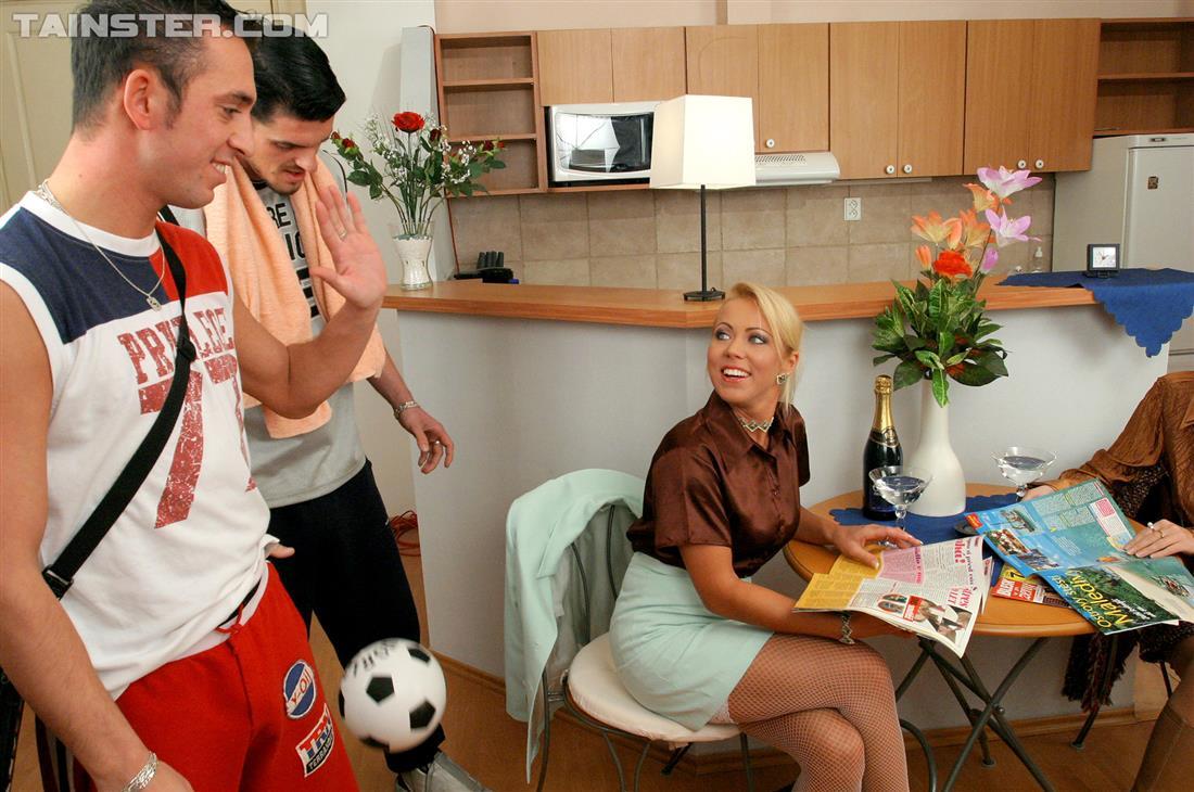 Парни пришли домой с футбола и давай ебаться с блядями и мочится на них. Фото - 1