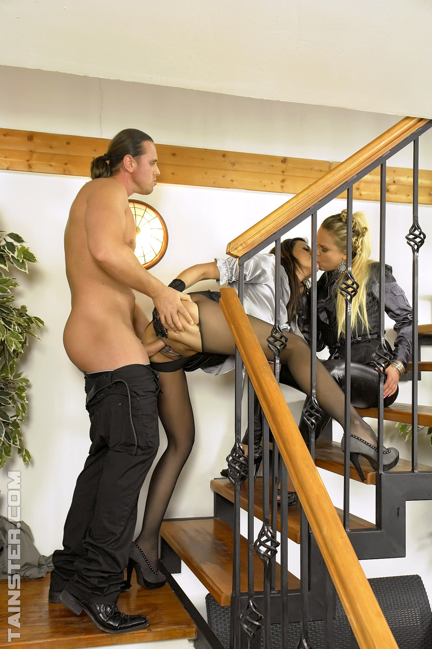 Блядки с золотым дождем на лестнице. Фото - 3
