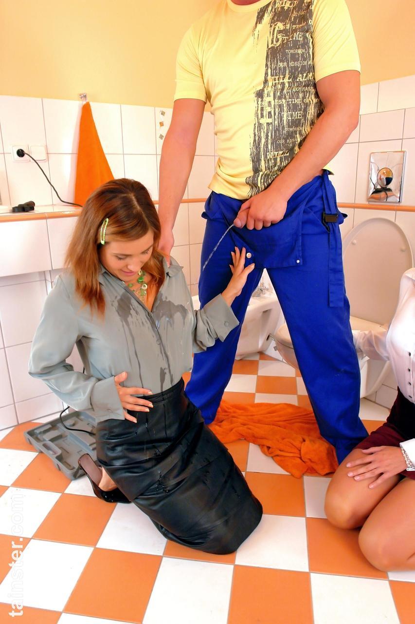 Сантехник выебал и обоссал двух проблядушек. Фото - 2