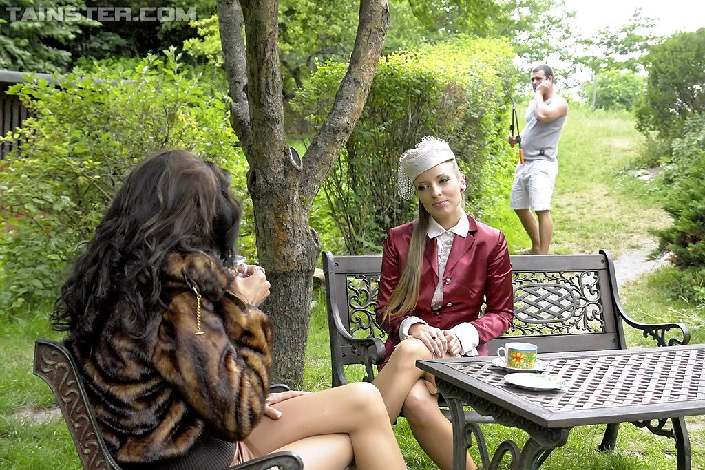 Садовник и ссаные бисексуалки переспали на скамейке. Фото - 1