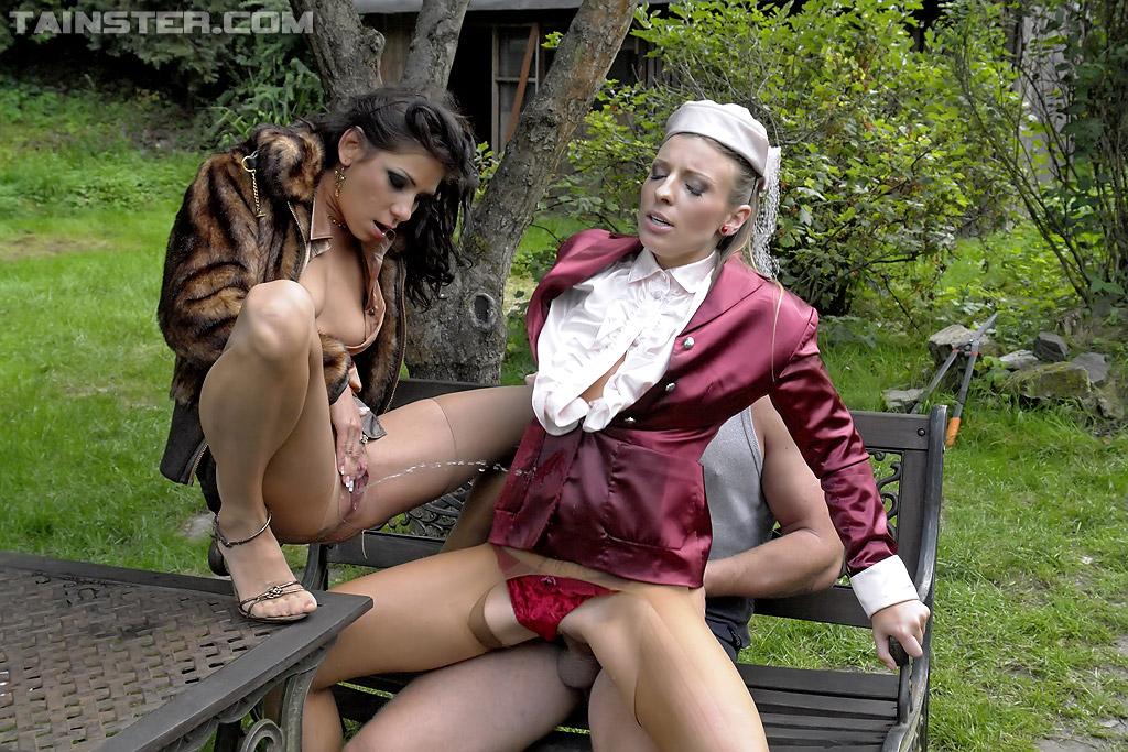 Садовник и ссаные бисексуалки переспали на скамейке. Фото - 11