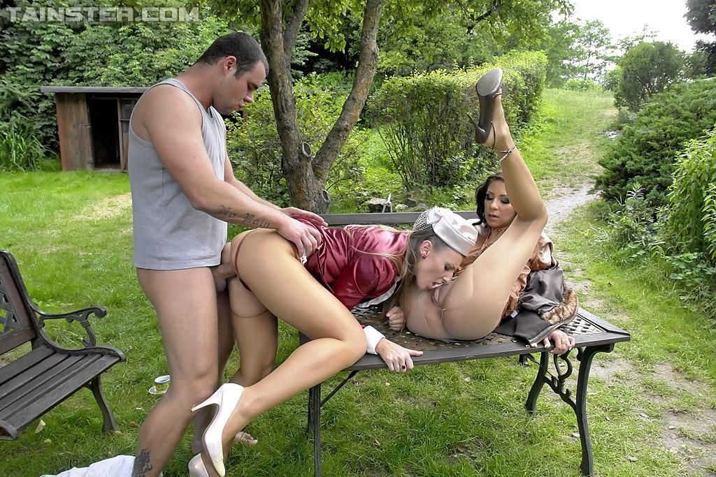 Садовник и ссаные бисексуалки переспали на скамейке. Фото - 8