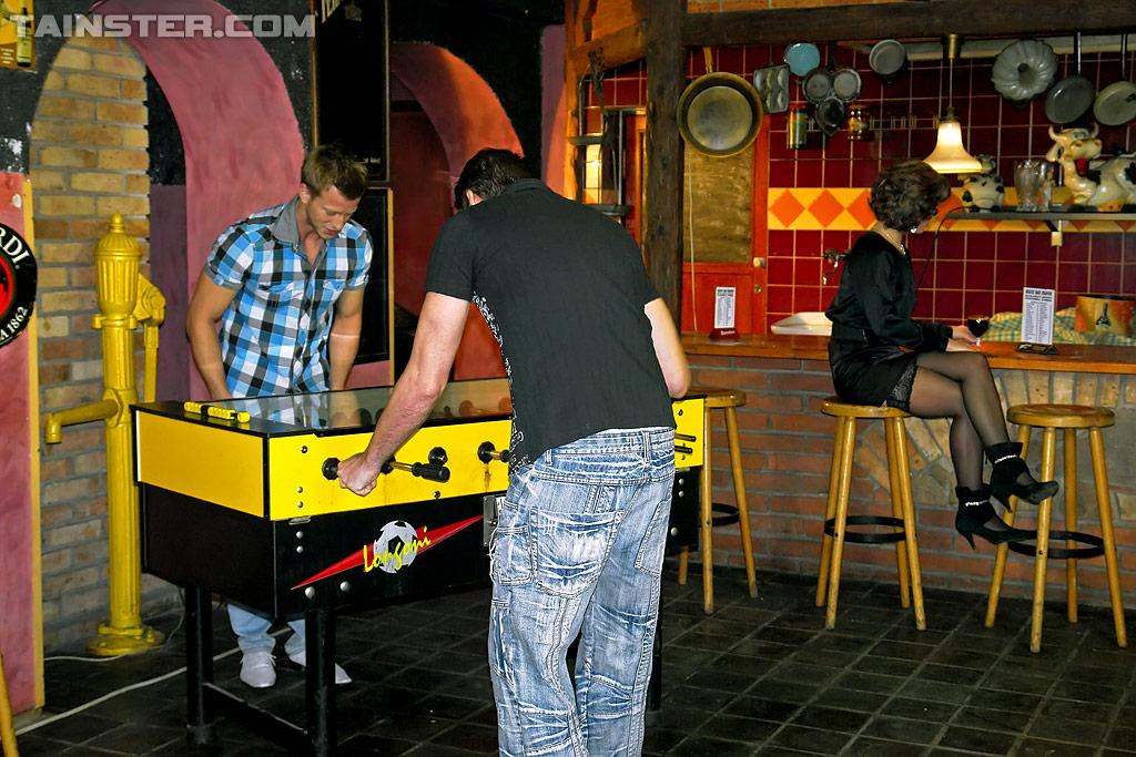 Зрелая шлюха обоссана и оттрахана в два смычка в баре. Фото - 1