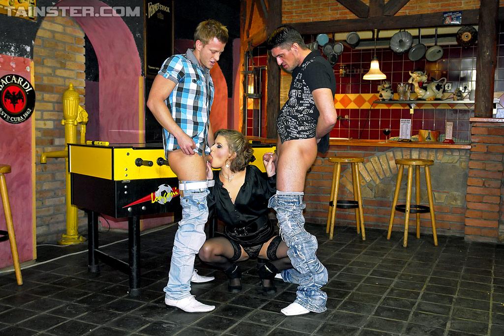 Зрелая шлюха обоссана и оттрахана в два смычка в баре. Фото - 4