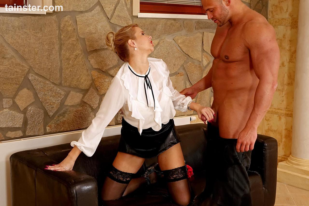 Телка задрала юбку и обоссала мужика, который отжимался. Фото - 7