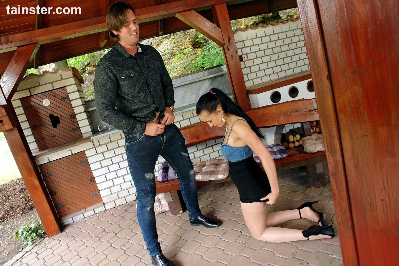 Сначала молодчик трахает шалаву, потом на нее ссыт. Фото - 9