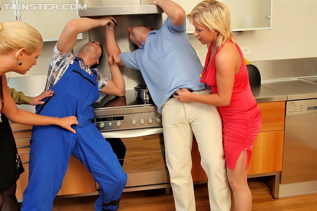 Рабочий, мужик и три бляди в мокрой оргии. Фото - 2
