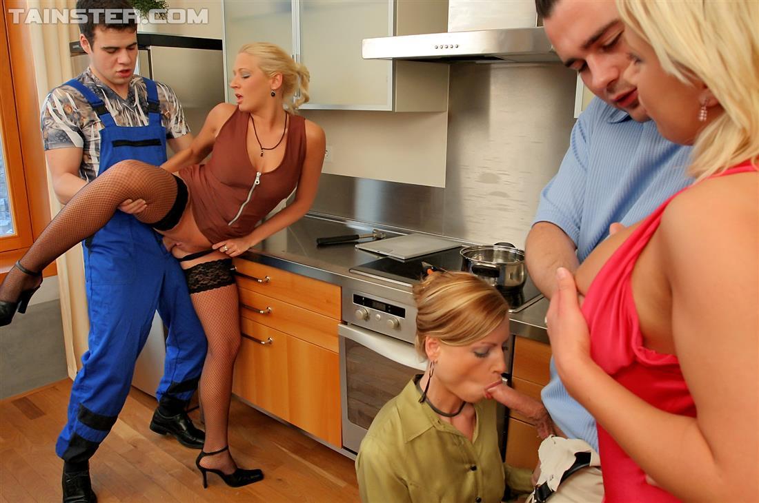 Рабочий, мужик и три бляди в мокрой оргии. Фото - 4