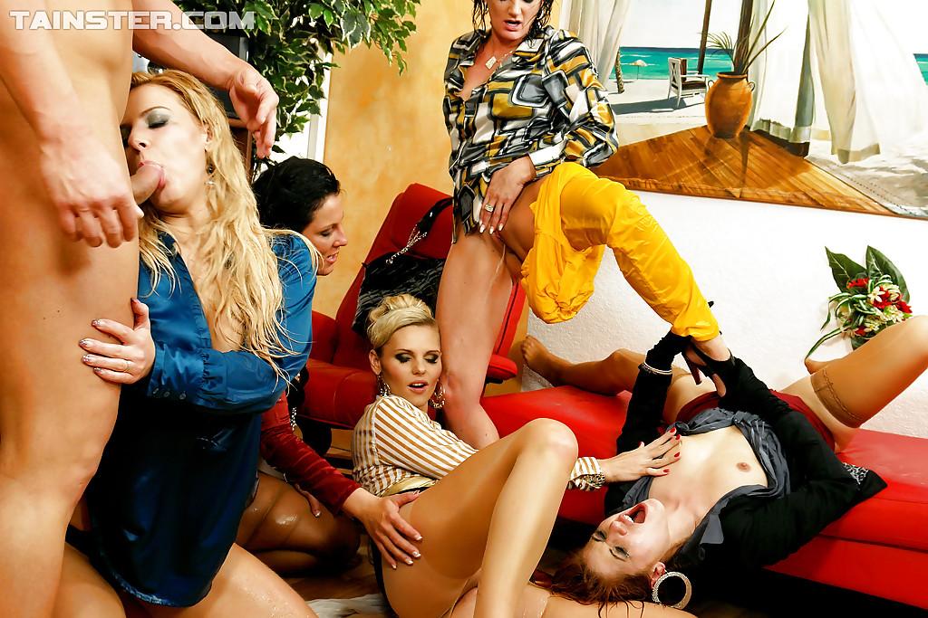 Писсинг и трах чувака с бисексуалками. Фото - 1