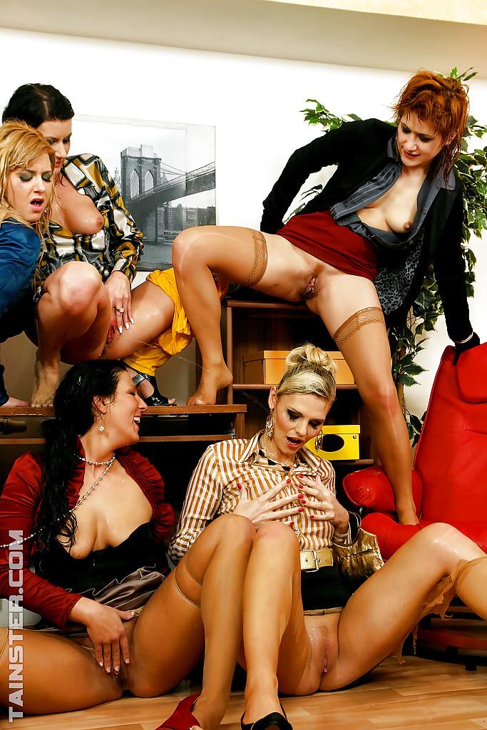 Писсинг и трах чувака с бисексуалками. Фото - 12