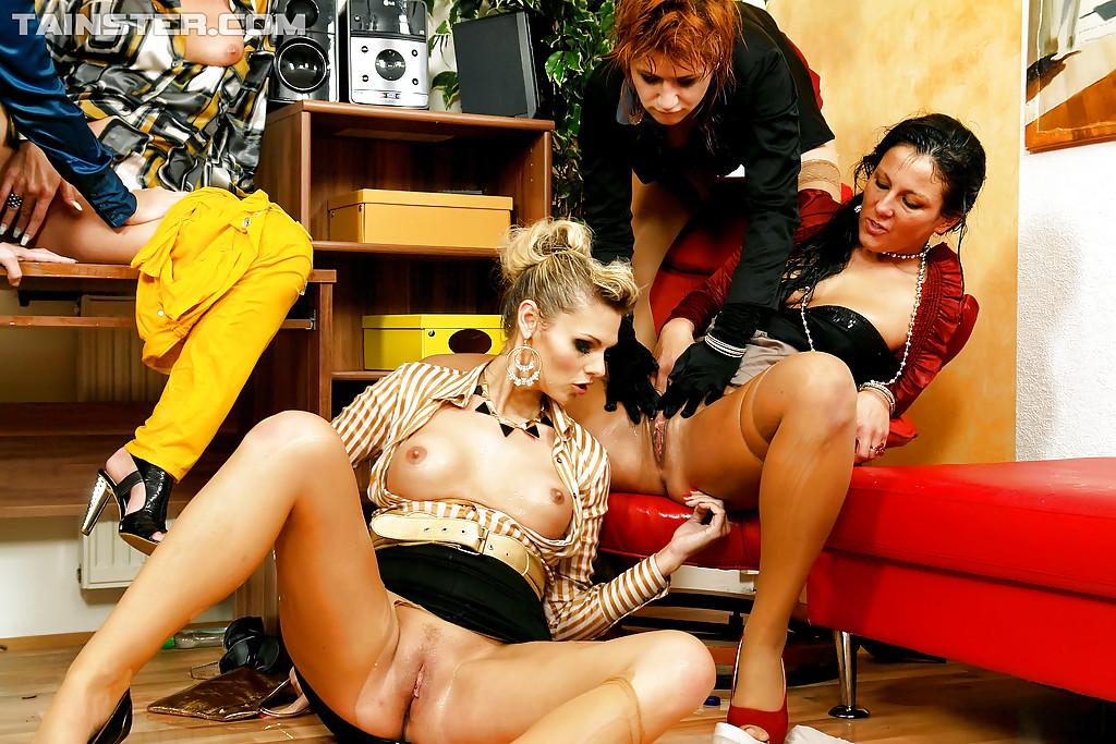 Писсинг и трах чувака с бисексуалками. Фото - 13