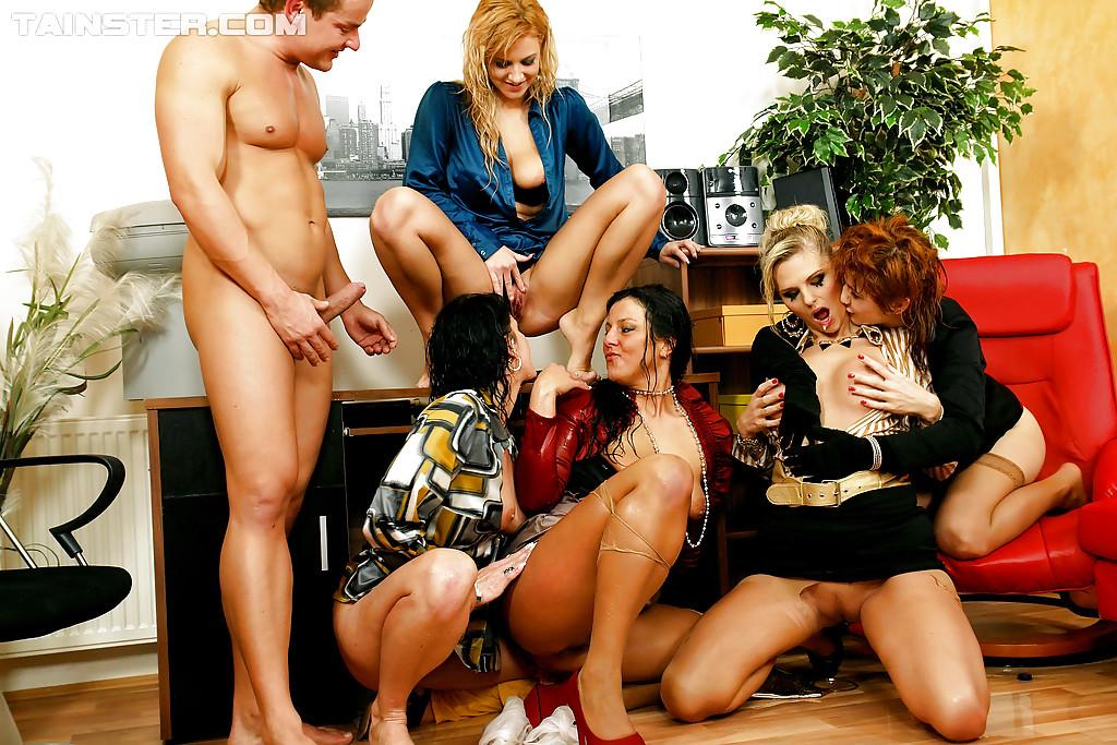 Писсинг и трах чувака с бисексуалками. Фото - 16