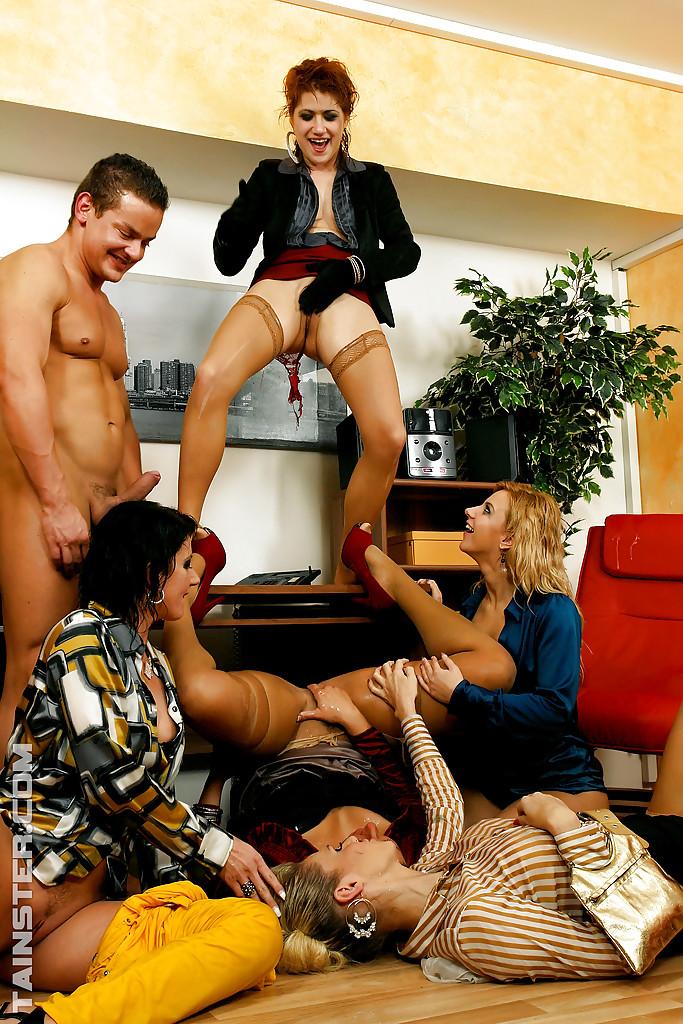 Писсинг и трах чувака с бисексуалками. Фото - 4