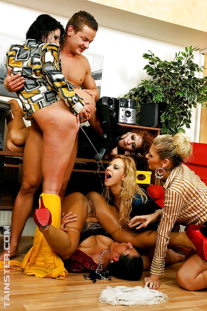 Писсинг и трах чувака с бисексуалками. Фото - 6