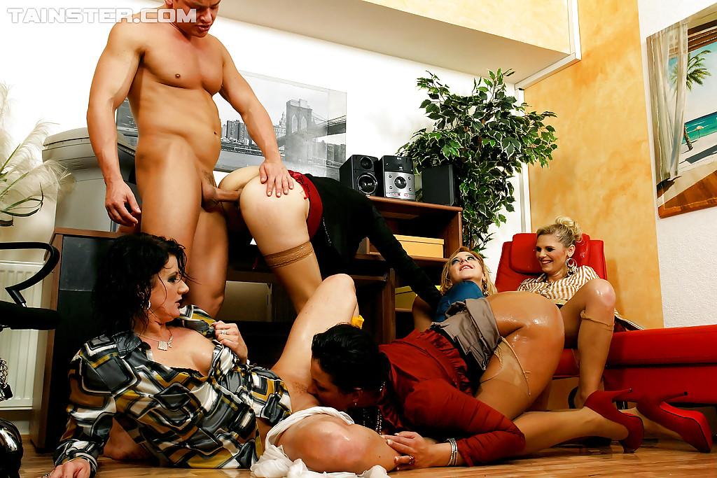 Писсинг и трах чувака с бисексуалками. Фото - 8