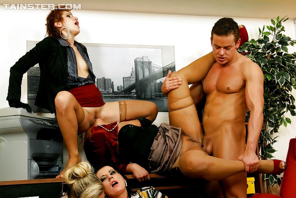 Писсинг и трах чувака с бисексуалками. Фото - 9