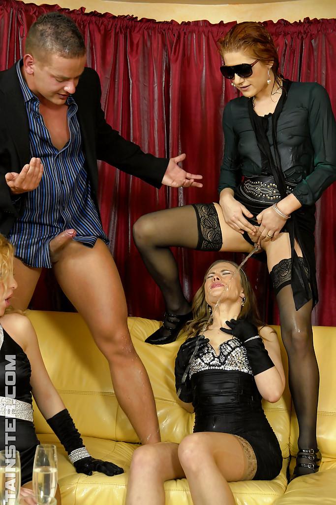 Золотой душ и ебалка одного ухаря и бисексуальных телок. Фото - 10