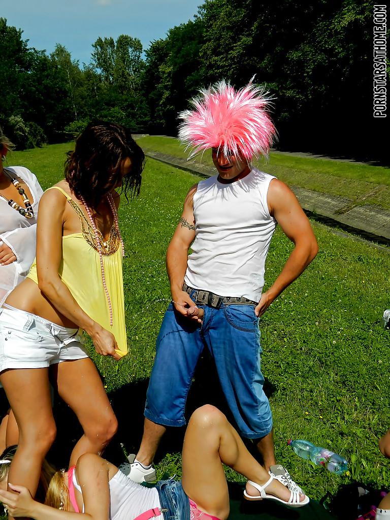 Перцы в париках обоссали подруг на лужайке. Фото - 13