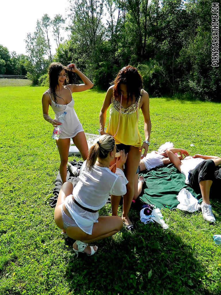 Перцы в париках обоссали подруг на лужайке. Фото - 16