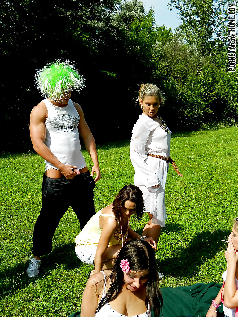 Перцы в париках обоссали подруг на лужайке. Фото - 8