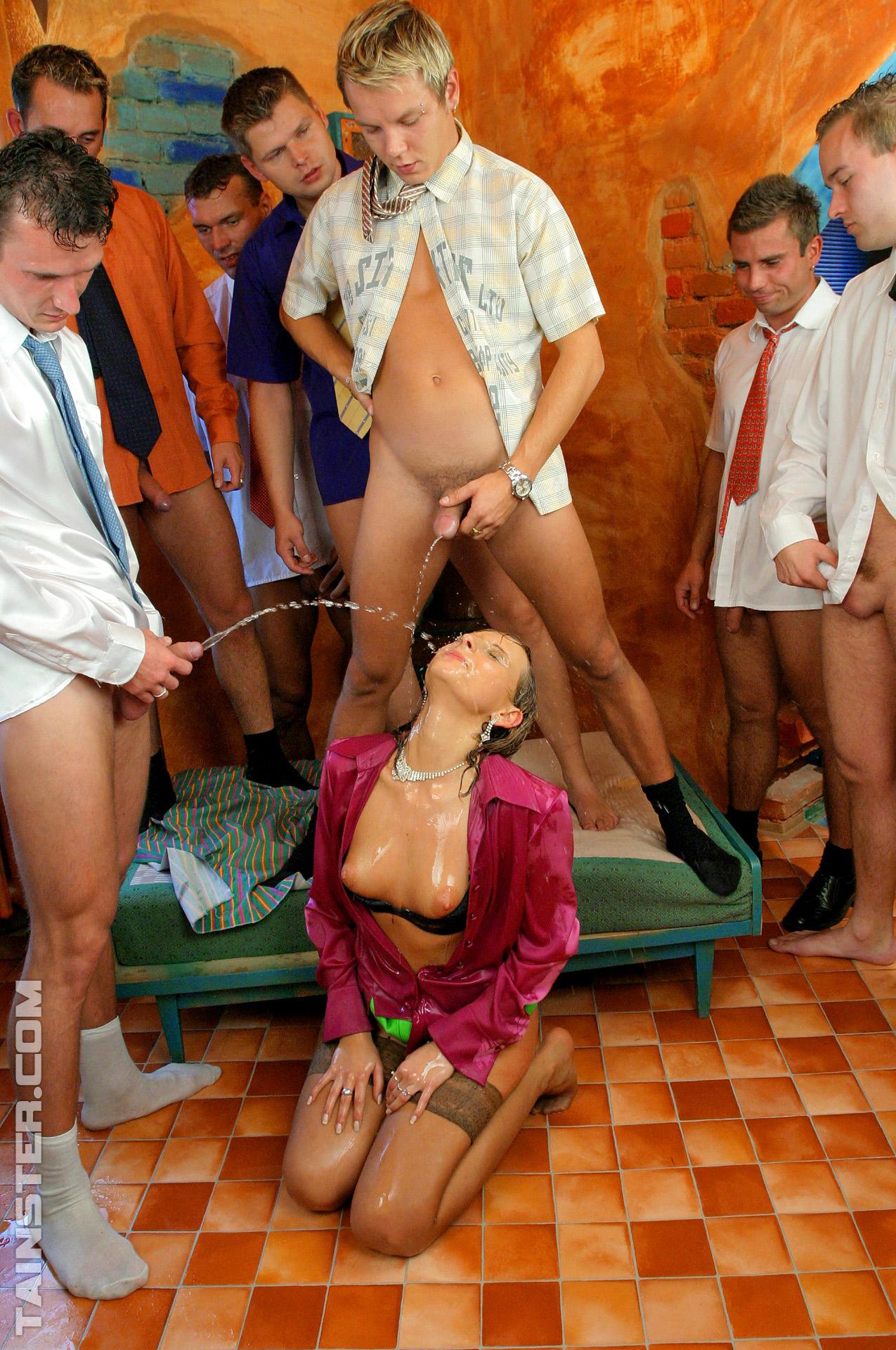 Юноши с голыми хуями обоссали озабочку. Фото - 11