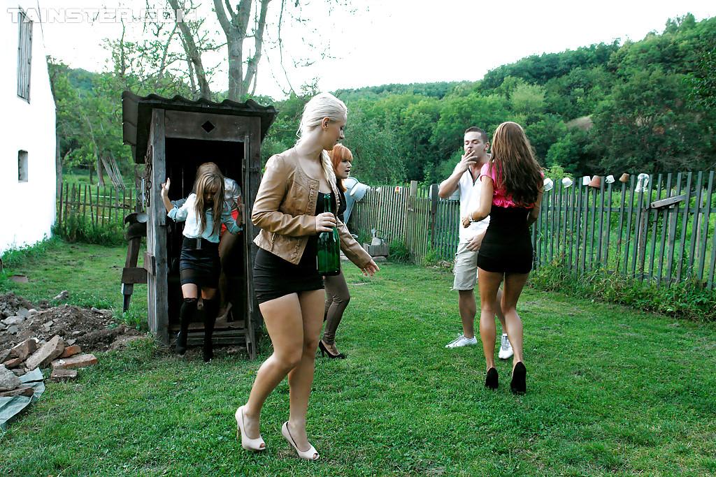 Чувак достал член и ссыт на пятерых девчонок. Фото - 1