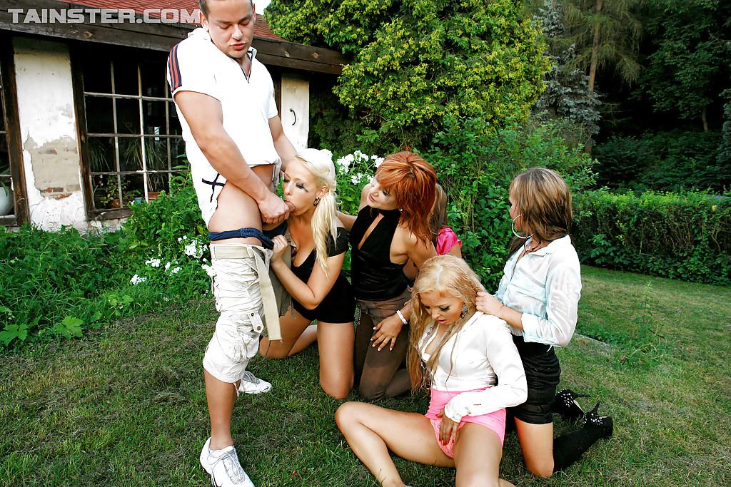Чувак достал член и ссыт на пятерых девчонок. Фото - 15