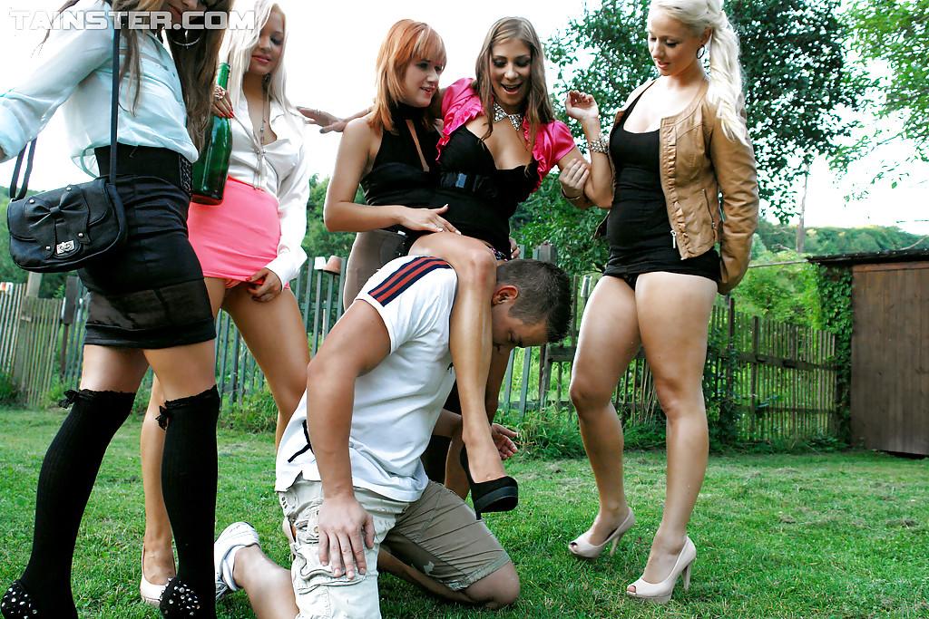 Чувак достал член и ссыт на пятерых девчонок. Фото - 4