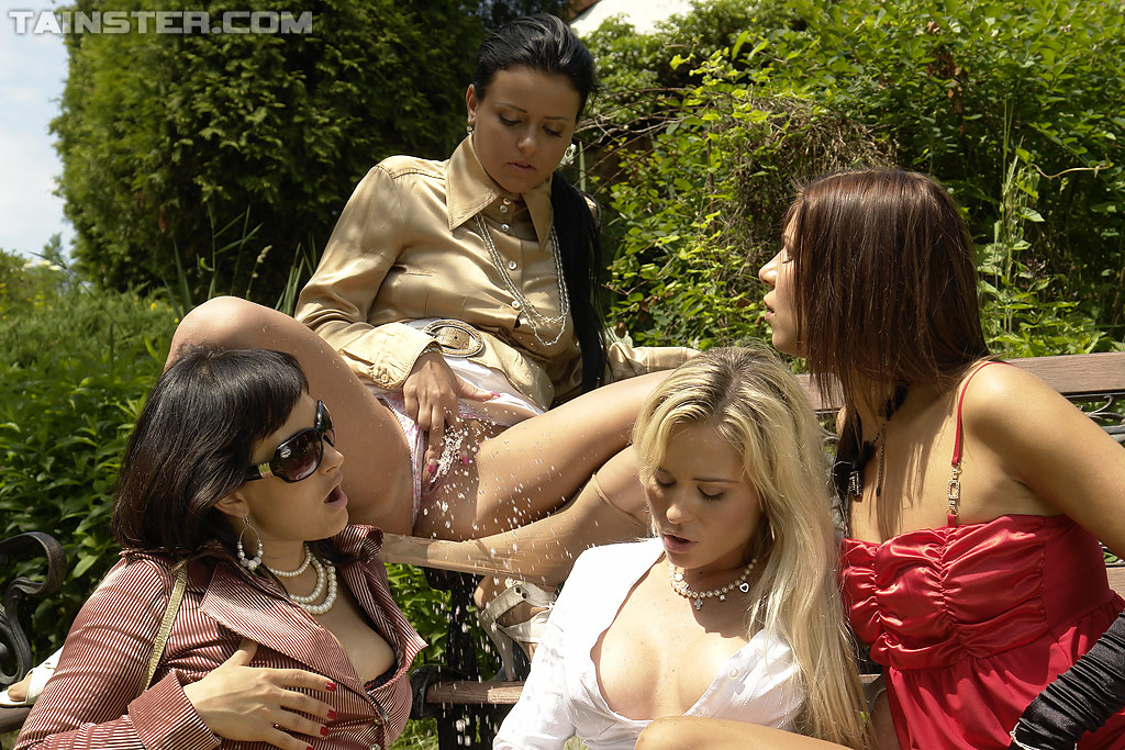 Четыре девки пописали друг на друга