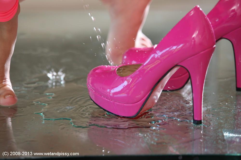 Малышка пописала в свои туфли