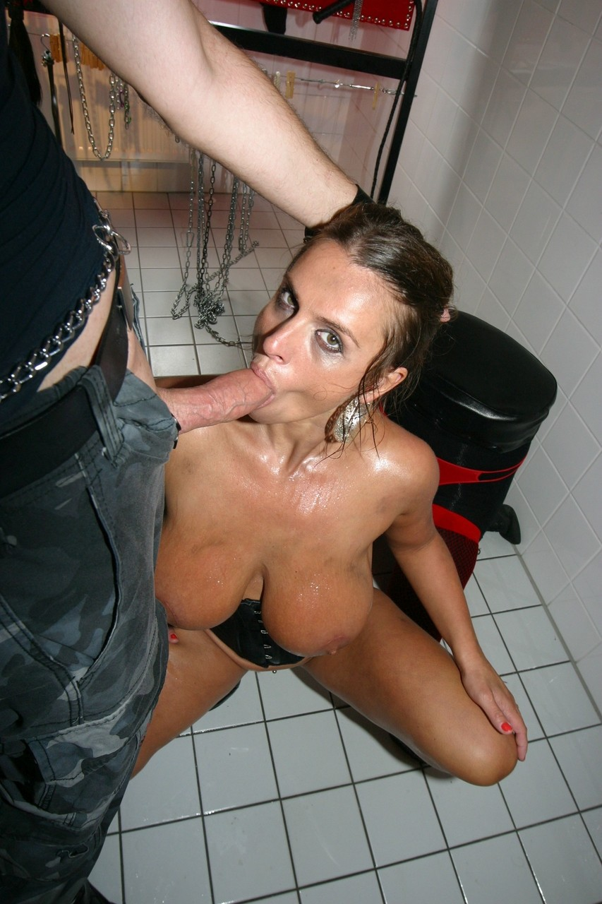Pissing. Gallery - 514. Photo - 1