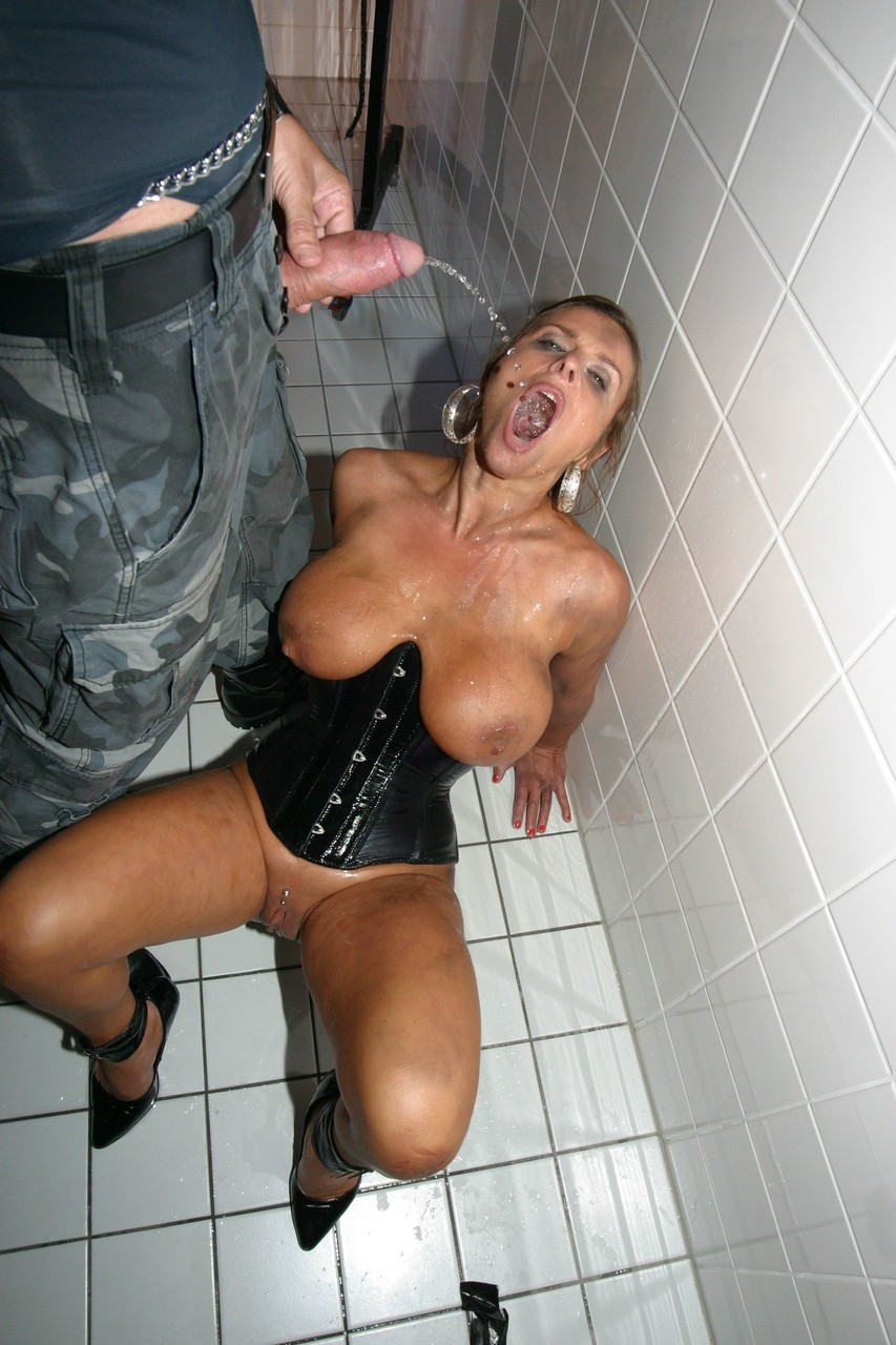 Pissing. Gallery - 514. Photo - 13
