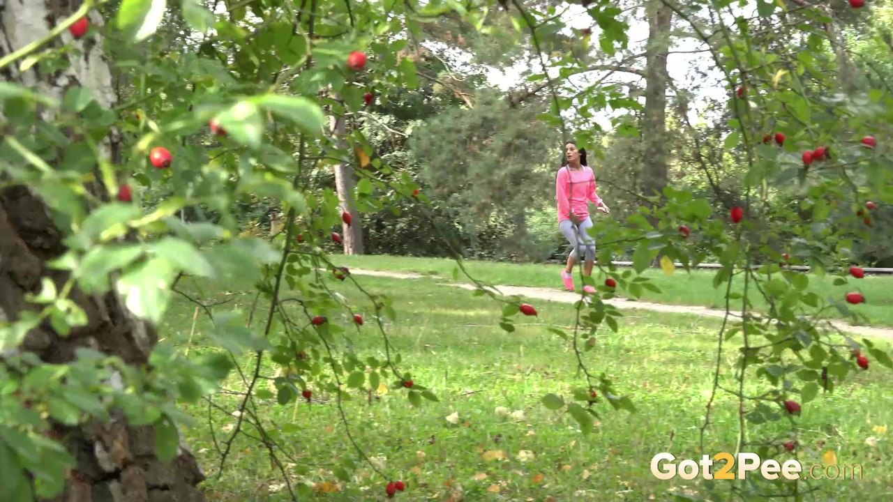Брюнетка пописала в парке