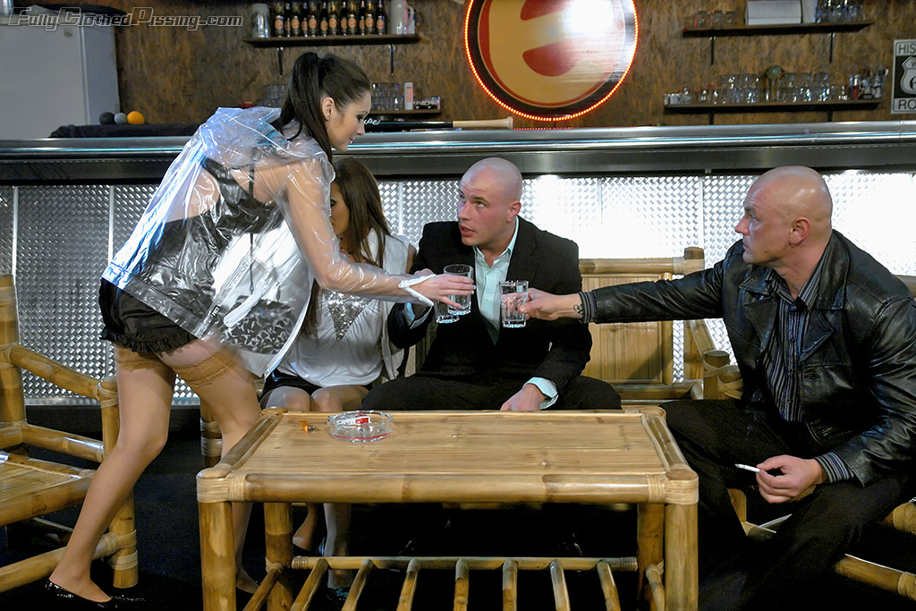 Две шлюхи против лысых ссыкунов в баре