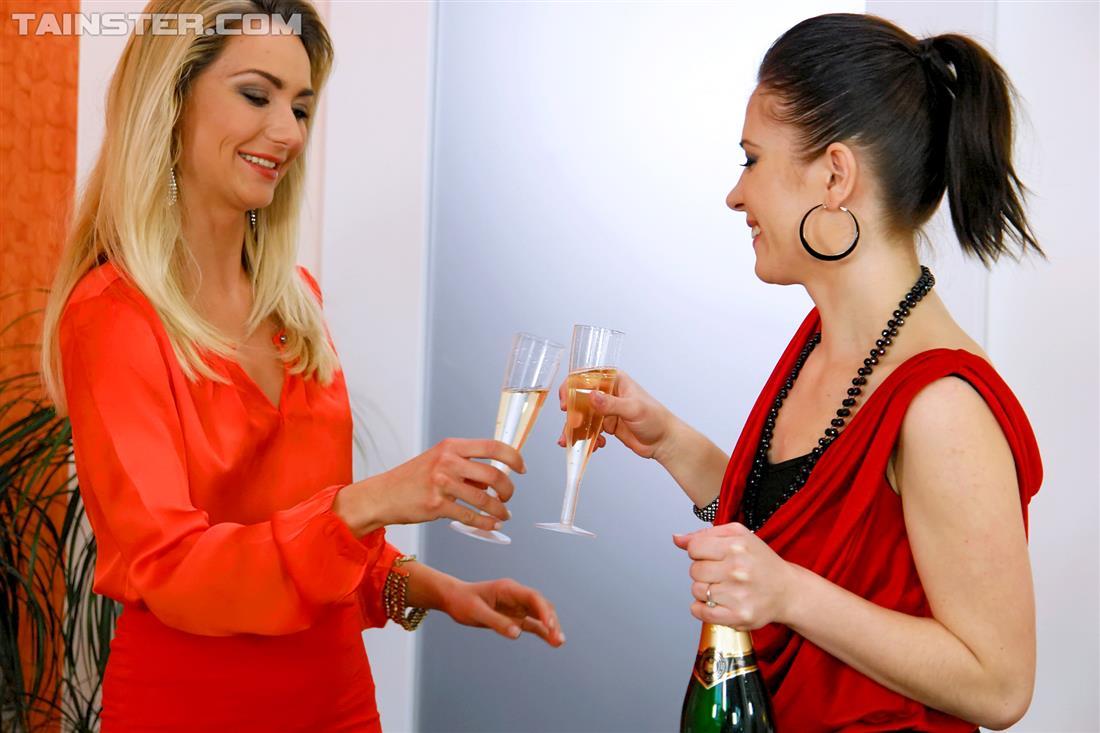 Лесбиянки выпили шампанского перед писсингом и сексом