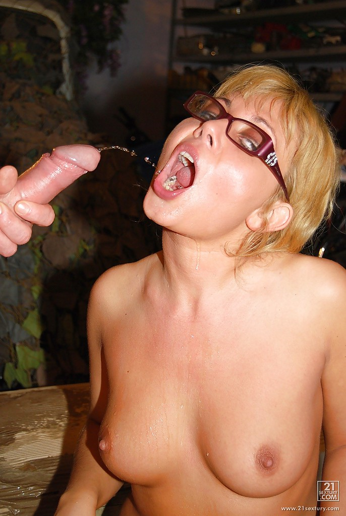 Pissing. Gallery - 883. Photo - 13