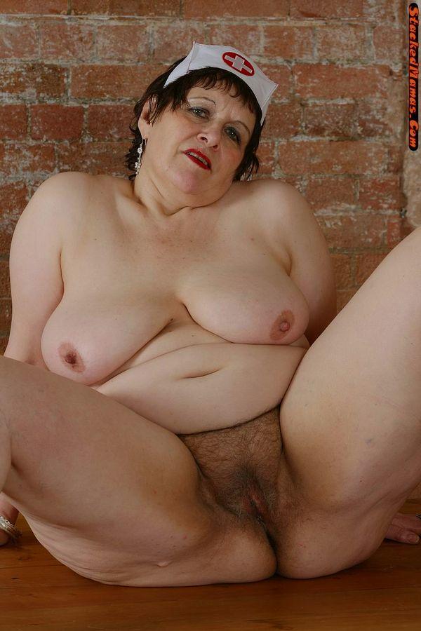 Пожилая медсестра в толстыми формами на фотках. Фото - 11