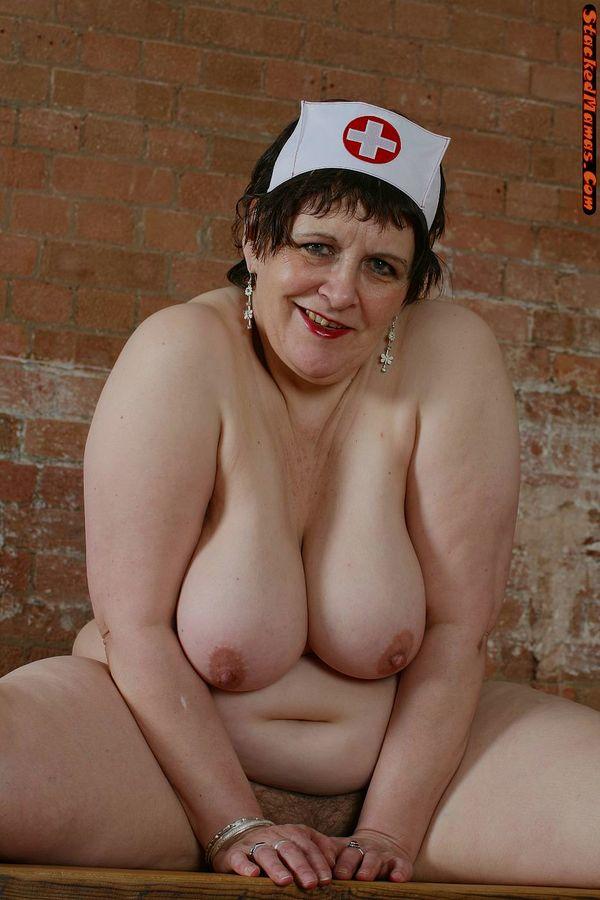 Пожилая медсестра в толстыми формами на фотках. Фото - 12