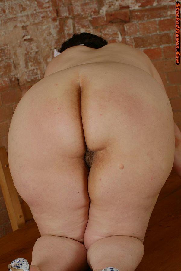 Пожилая медсестра в толстыми формами на фотках. Фото - 14