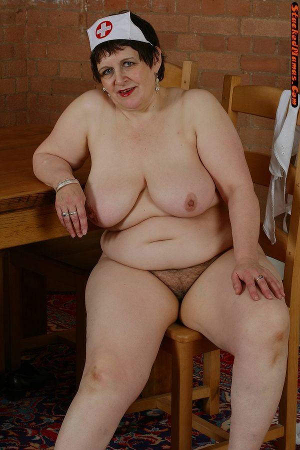Пожилая медсестра в толстыми формами на фотках. Фото - 15
