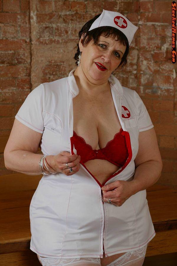 Пожилая медсестра в толстыми формами на фотках. Фото - 2