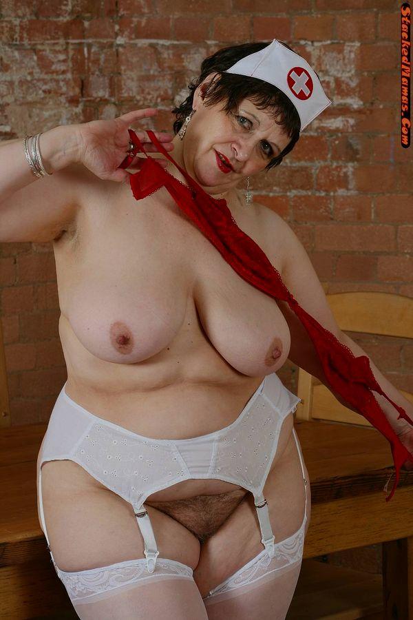 Пожилая медсестра в толстыми формами на фотках. Фото - 3