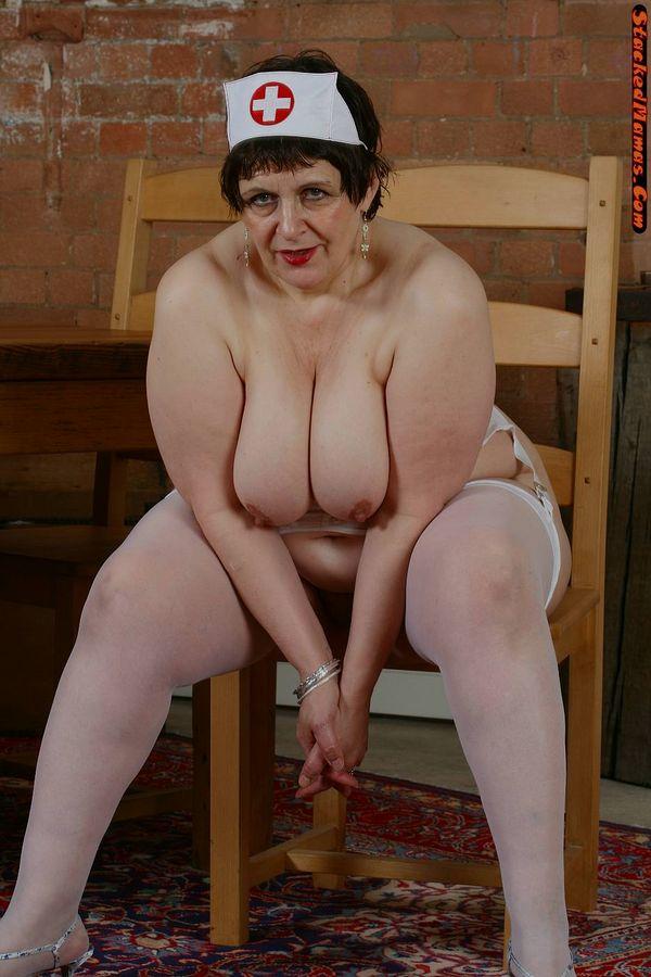 Пожилая медсестра в толстыми формами на фотках. Фото - 4
