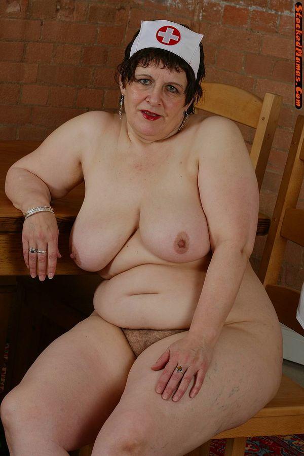 Пожилая медсестра в толстыми формами на фотках. Фото - 7