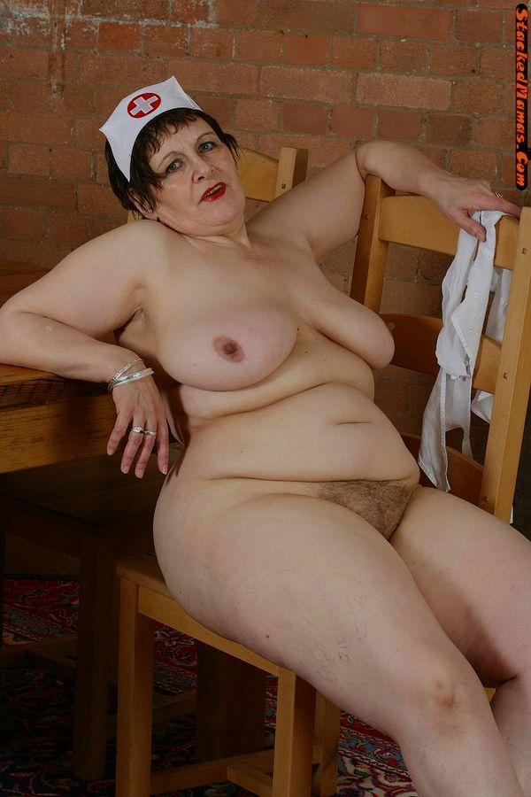Пожилая медсестра в толстыми формами на фотках. Фото - 8
