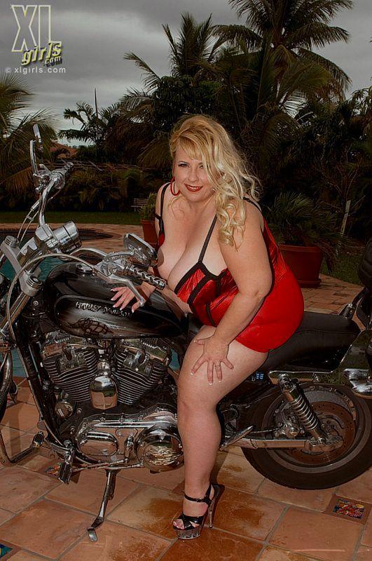 Толстая эксгибиционистка позирует с мотоциклом