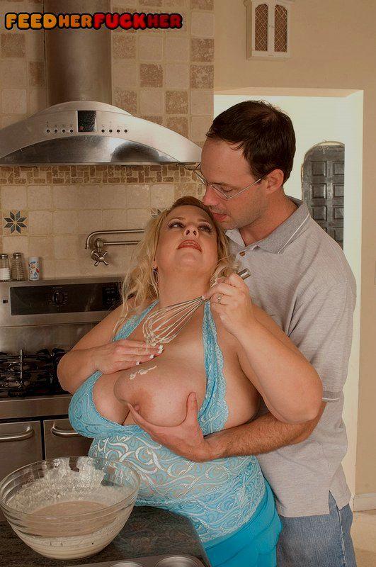 Пышная домохозяйка жрет печенье во время соития с очкариком